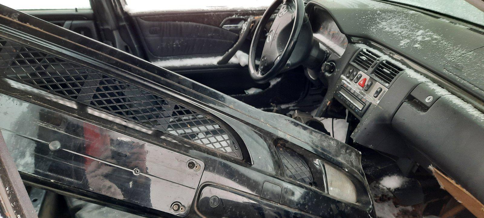 Naudotos automobiliu dallys Foto 3 Mercedes-Benz E-CLASS 2000 0.0 Mechaninė Universalas 4/5 d. Juoda 2021-1-12 A6026