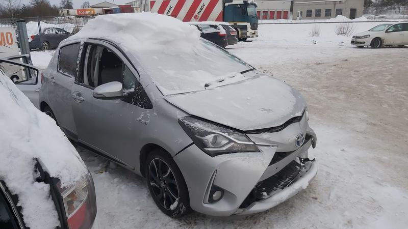 Подержанные Автозапчасти Toyota YARIS 2018 1.5 автоматическая хэтчбэк 4/5 d. серебро 2021-1-20